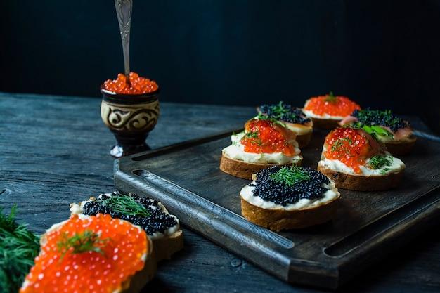 Sandwiches met rode en zwarte kaviaar.