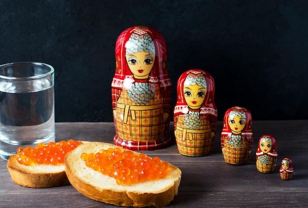 Sandwiches met rode kaviaar van zalmvissen
