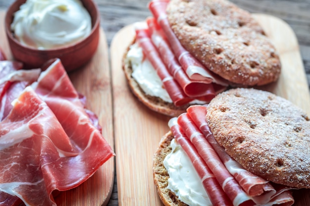 Sandwiches met roomkaas en jamon