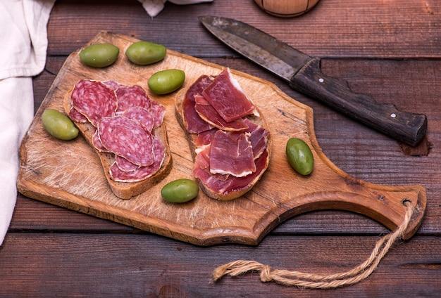 Sandwiches met salami worst en jamon