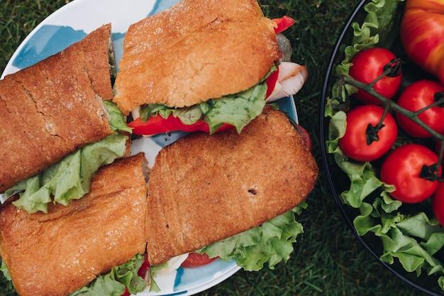 Sandwiches met tomaten, ui en sla blijven op plaat