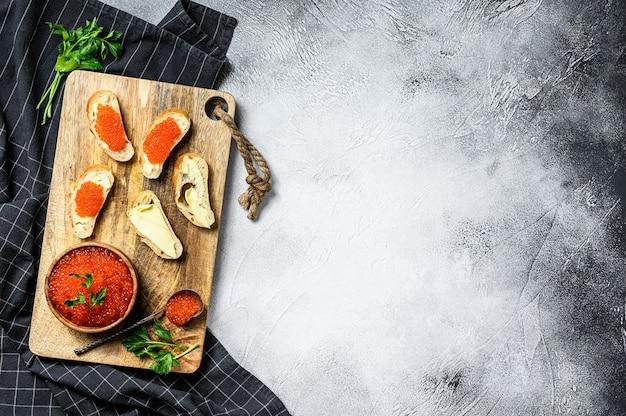Sandwiches met zalm rode kaviaar. grijze achtergrond