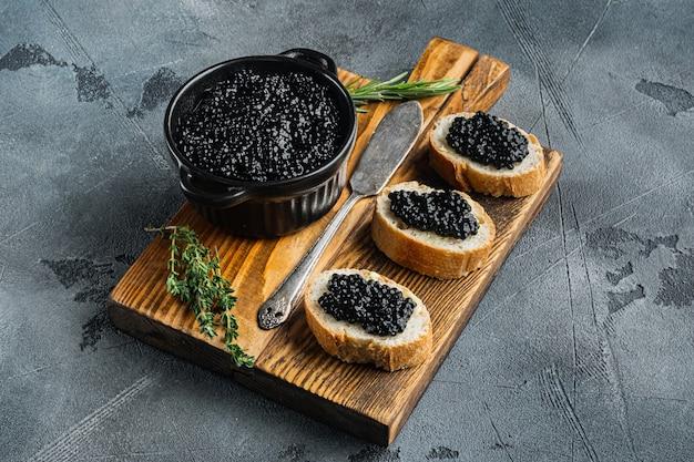Sandwiches met zwarte kaviaar, op grijze tafel