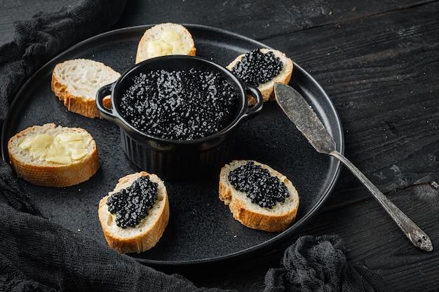 Sandwiches met zwarte kaviaar, op zwarte houten tafel tafel