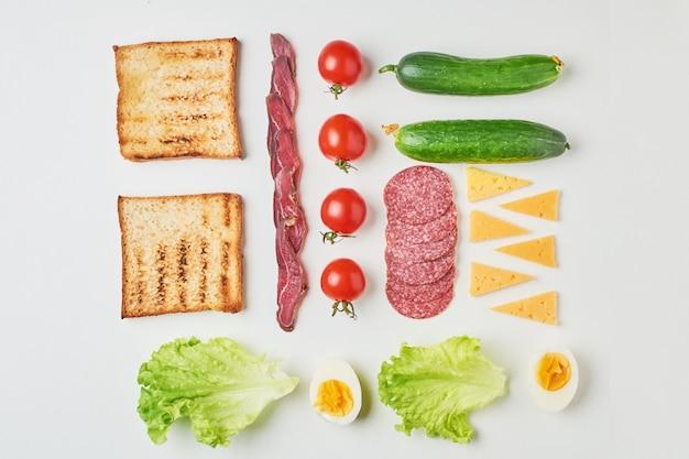 Sandwichingrediënten op een witte achtergrond, hoogste mening