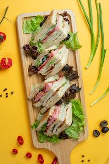 Sandwichplakjes geserveerd met kruiden