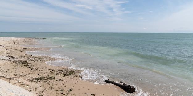 Sandy atlantische oceaan strand in re eiland op websjabloon voor spandoek