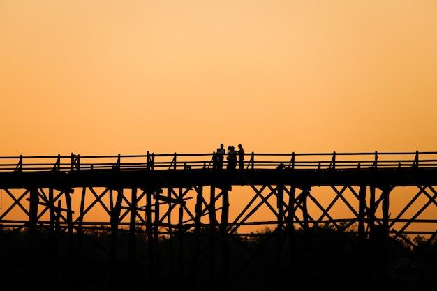 Sangklaburi of de hoge houten brug van myanmar over de songaria-rivier