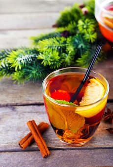 Sangria in glas met kerstversiering op houten tafel close-up