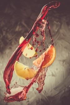 Sangria-ingrediënten vliegen in wijnspatten