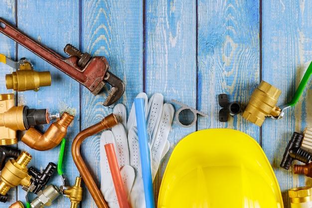 Sanitair gereedschap buizen, fittingen op kleppen moersleutel plastic hoekadapters, werkhandschoenen in de watertoevoer