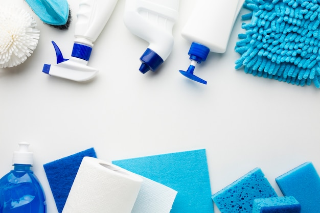 Sanitaire producten op effen achtergrond