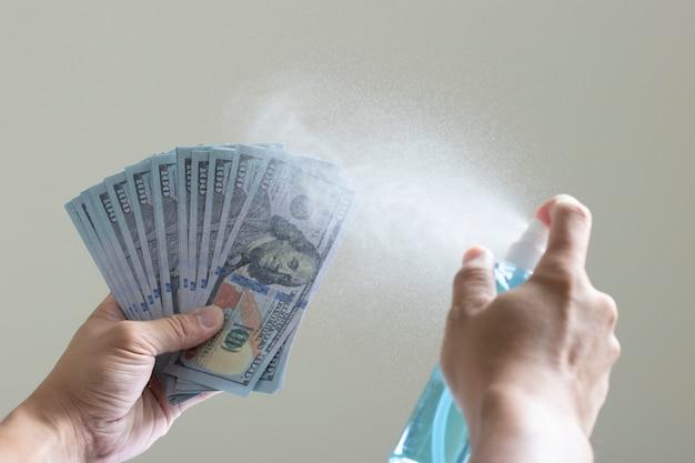 Sanitaire spray schoon bankbiljet besmettelijke ziekte covid-19 kiemen geldbetaling