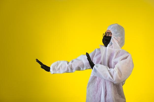 Sanitizer in speciaal preventief uniform en maskers houdt het gevaar van de linkerkant tegen