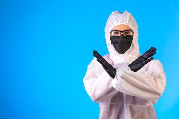 Sanitizer in speciaal preventief uniform maakt negatieve gebaren.