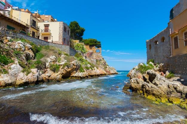 Sant'elia, in de stad van santa flavia, sicilië. oud maritiem dorp in de buurt van palermo