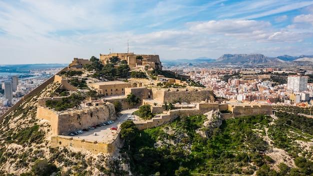 Santa barbara-kasteel in alicante. luchtfoto