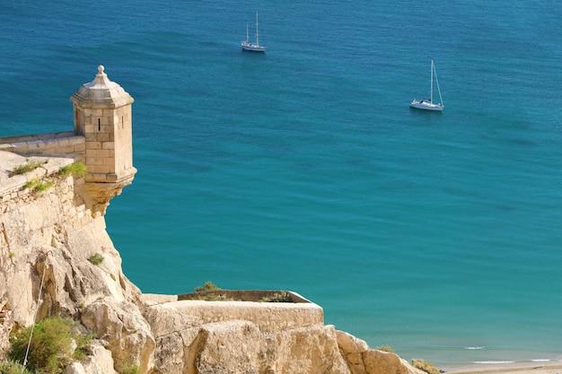 Santa barbara kasteel luchtfoto met blauwe zee, stad alicante, spanje