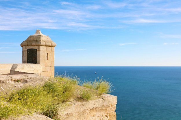 Santa barbara kasteel met blauwe zee in alicante, spanje