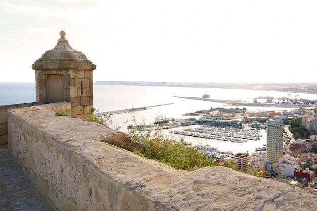 Santa barbara kasteel met panoramische luchtfoto van de beroemde toeristische stad alicante in costa blanca, spanje