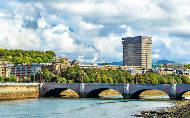 Santa catalina-brug over de rivier urumea in san sebastian, spanje