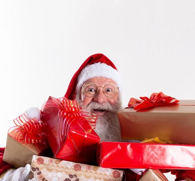 Santa claus biedt een cadeau aan de camera. kerstcadeautjes ontvangen. nieuwjaarsfeesten.
