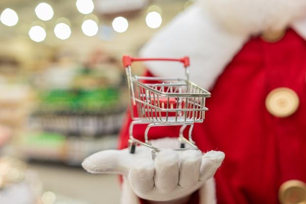 Santa claus boodschappen doen in de supermarkt