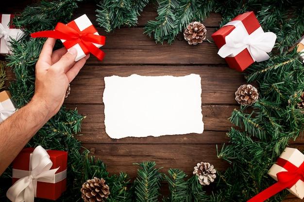 Santa claus-brief met kerstmiselementen wordt verfraaid op een mooie houten achtergrond die