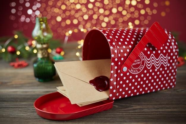 Santa claus christmas-bericht op houten achtergrond