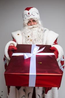 Santa claus die aanwezige kerstmis geeft