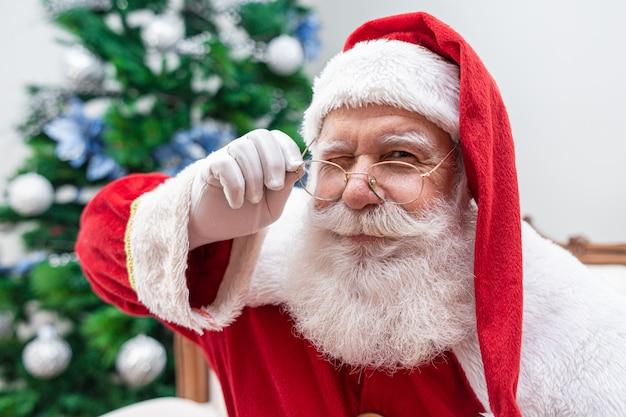 Santa claus die de camera bekijkt