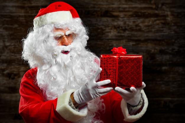Santa claus die een heden houdt