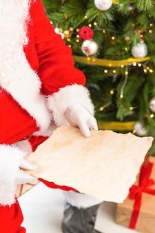 Santa claus die lege brief leest
