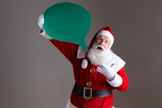 Santa claus die lege tekstballon houdt.