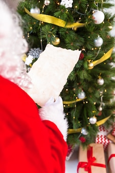 Santa claus die lege wenslijst houdt