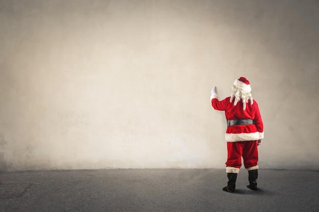 Santa claus die op een witte raad schrijft