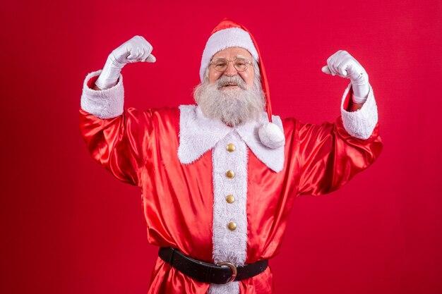 Santa claus die spieren toont. sterke kerstman