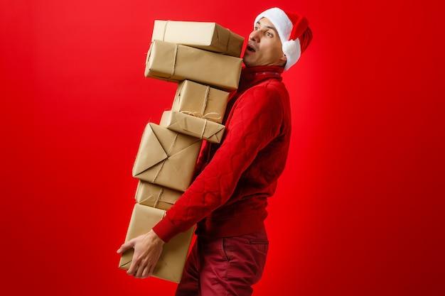 Santa claus die zijn handen vele giften draagt