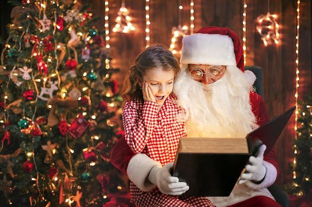 Santa claus een cadeautje geven aan een klein schattig meisje