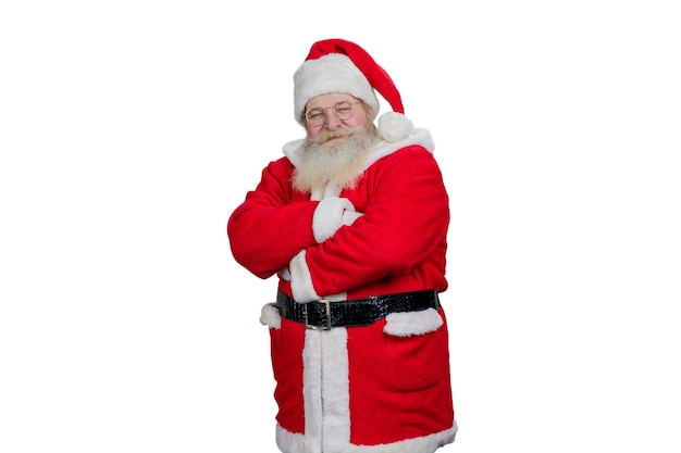 Santa claus gekruiste armen op witte achtergrond.