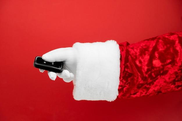 Santa claus hand houdt autosleutels.