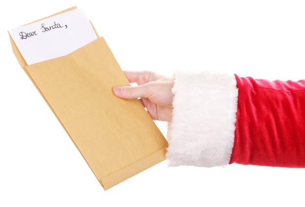 Santa claus hand met brief geïsoleerd op wit