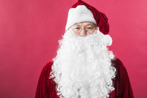 Santa claus in glazen die zich op rode achtergrond bevinden