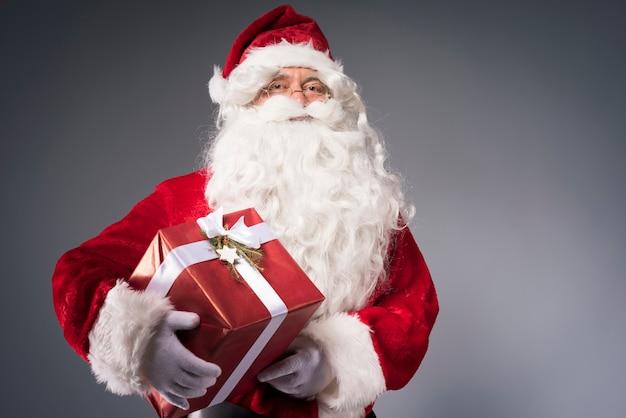 Santa claus met een geschenkdoos