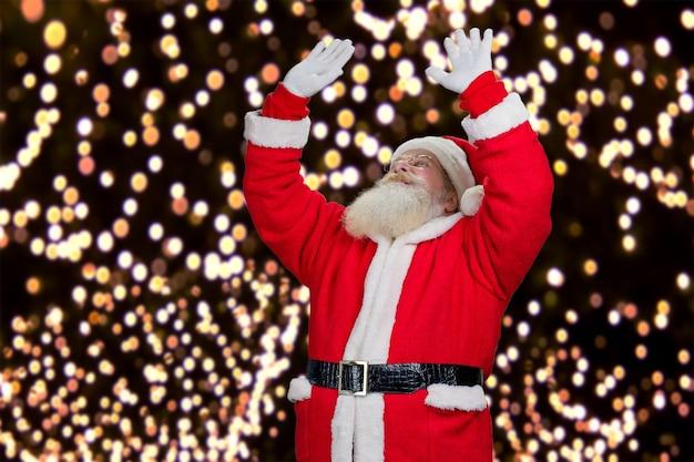 Santa claus op de achtergrond van de lichten van het nieuwjaar.