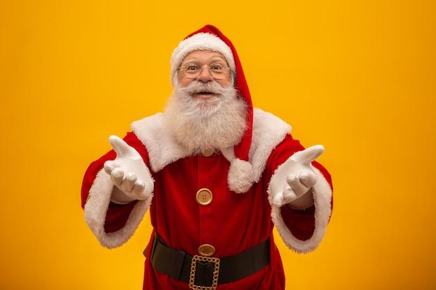 Santa claus op gele achtergrond met kopie ruimte.