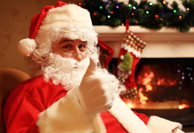 Santa claus opstaan met duimen omhoog. huisdecoratie