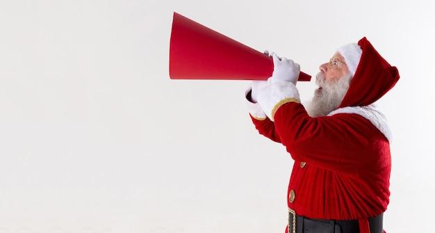 Santa claus schreeuwen met behulp van megafoon op witte achtergrond.
