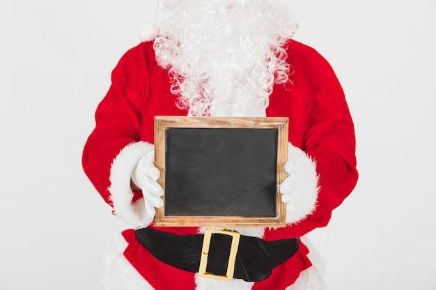 Santa claus toont leeg houten frame