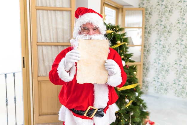 Santa claus toont lege brief